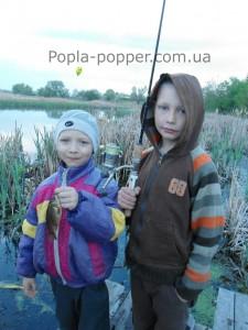 Начинающие рыбаки и их первый улов. А вы помните свою первую рыбку?